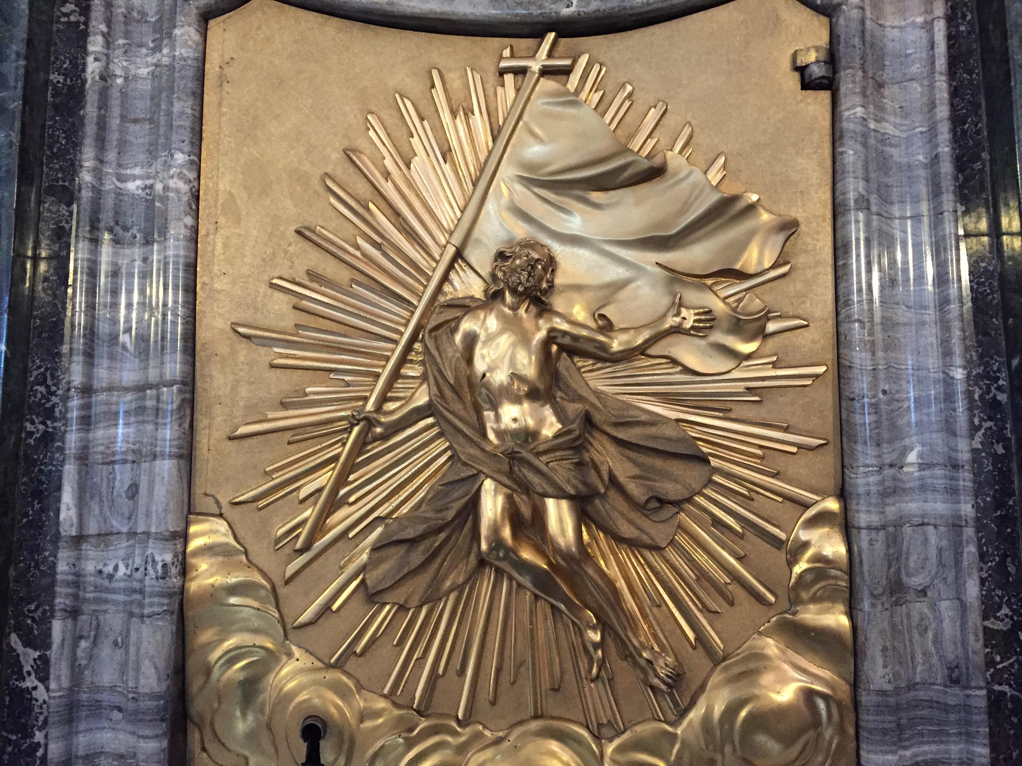 In unserer Klosterkirche ziert der Auferstandene die Tabernakeltür.
