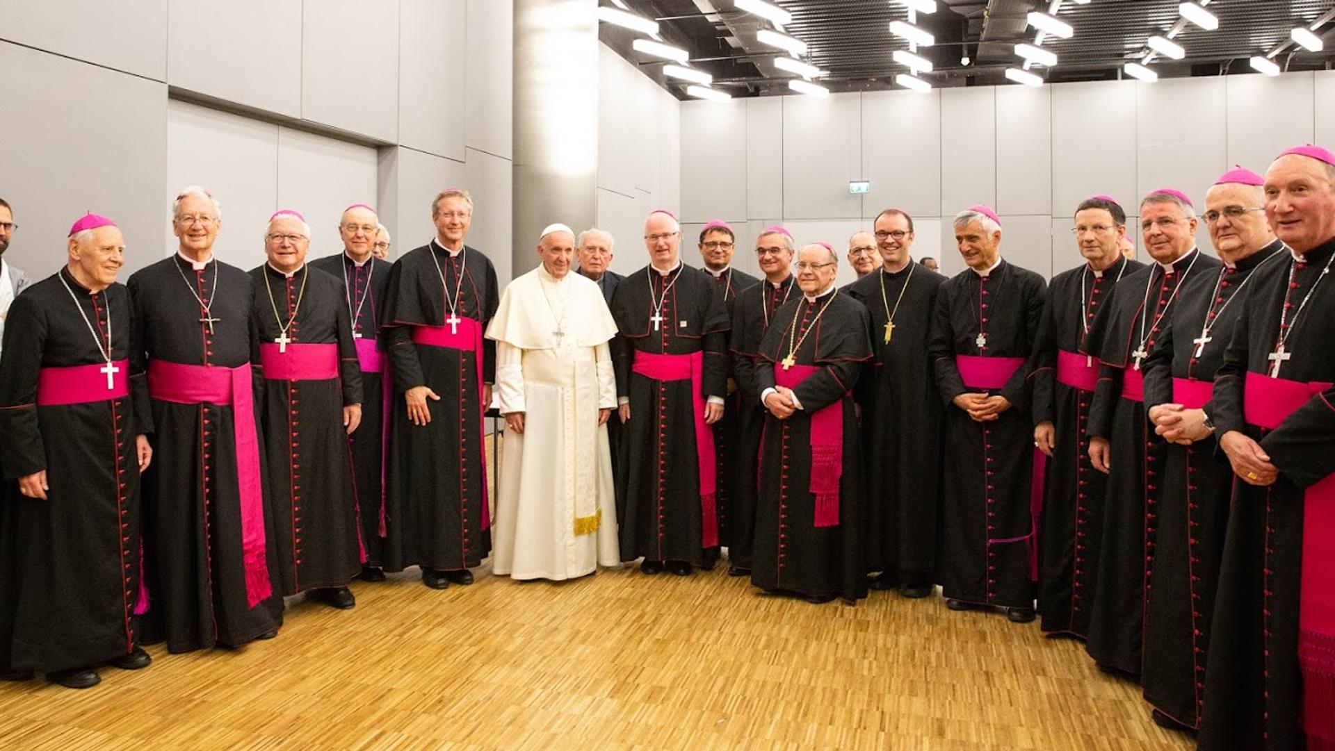 Papst Franziskus inmitten aktiver und emeritierter Schweizer Bischöfe 2018 in Genf