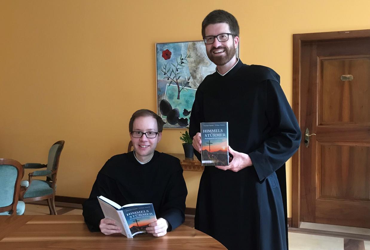 Pater Thomas Fässler (l.) und Pater Philipp Steiner (r.) freuen sich über das neue Buch.