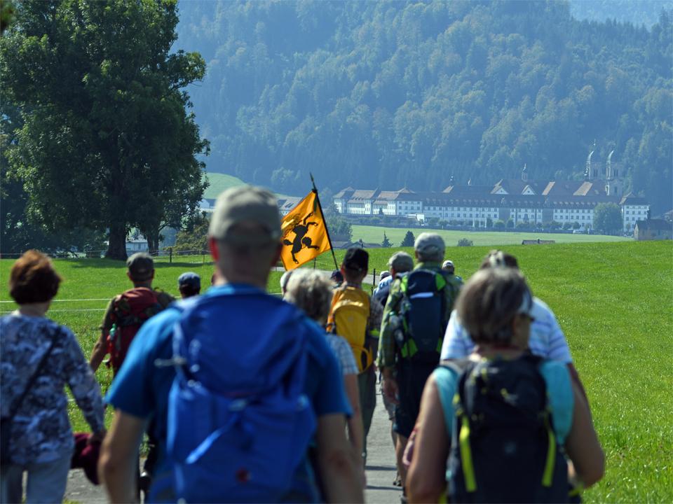 Wie diese Pilger aus Schaffhausen, welche im Jahr 2020 erstmals gemeinsam nach Einsiedeln pilgerten, so wollen auch wir zu Fuss zum Kloster Einsiedeln laufen.