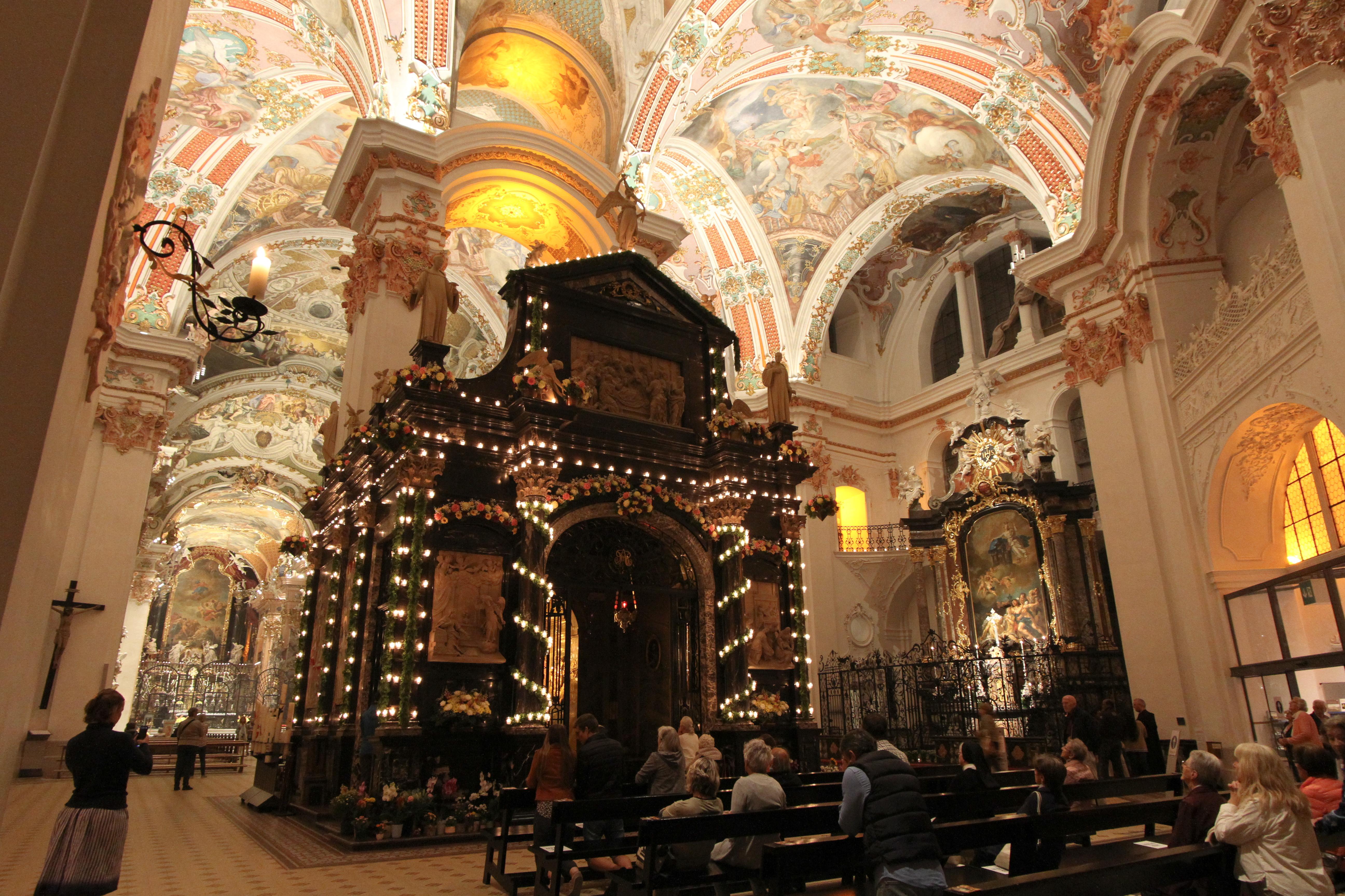 Trotz Corona-Einschränkungen werden die Gnadenkapelle, die Klosterkirche und der Klosterplatz festlich illuminiert sein - die Engelweihe 2021 findet statt!