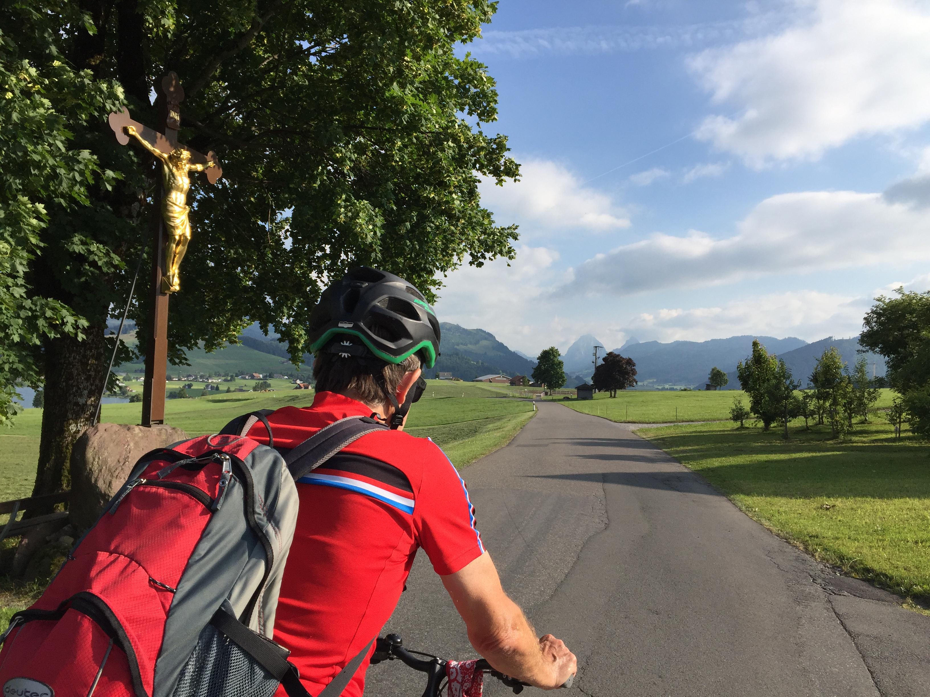 Radpilgern auf dem MEINRADWEG ist eine von vielen Möglichkeiten, in den Sommerferien dem Kloster Einsiedeln einen Besuch abzustatten.
