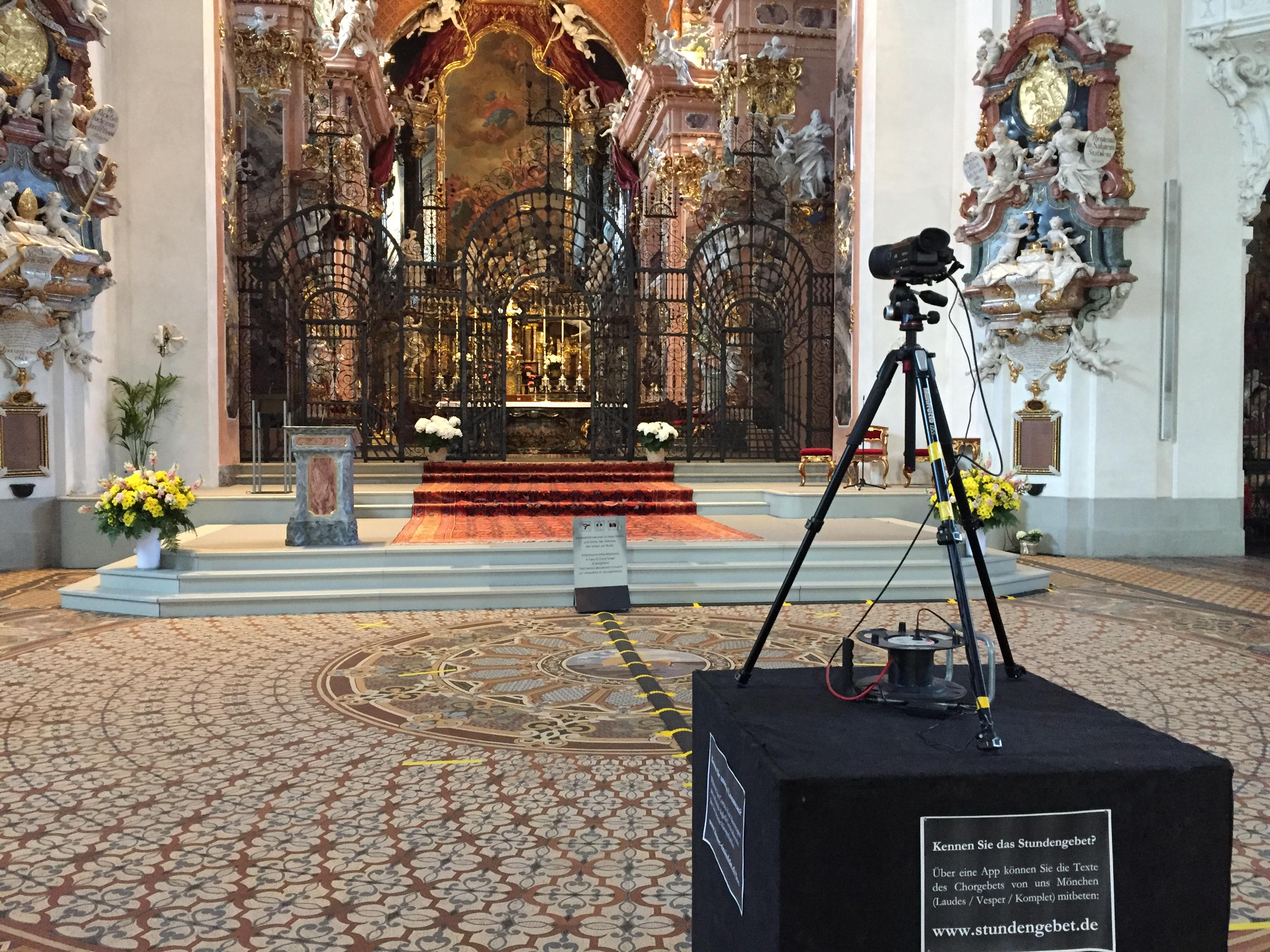 Zwar passen Kamera und Podium nicht gerade in unsere wunderschöne Klosterkirche, doch unser Livestream ermöglich für viele Menschen die Mitfeier unser Gottesdienste: ein Stück Einsiedeln zuhause! Ab 23. Juli wird dies wieder möglich sein!