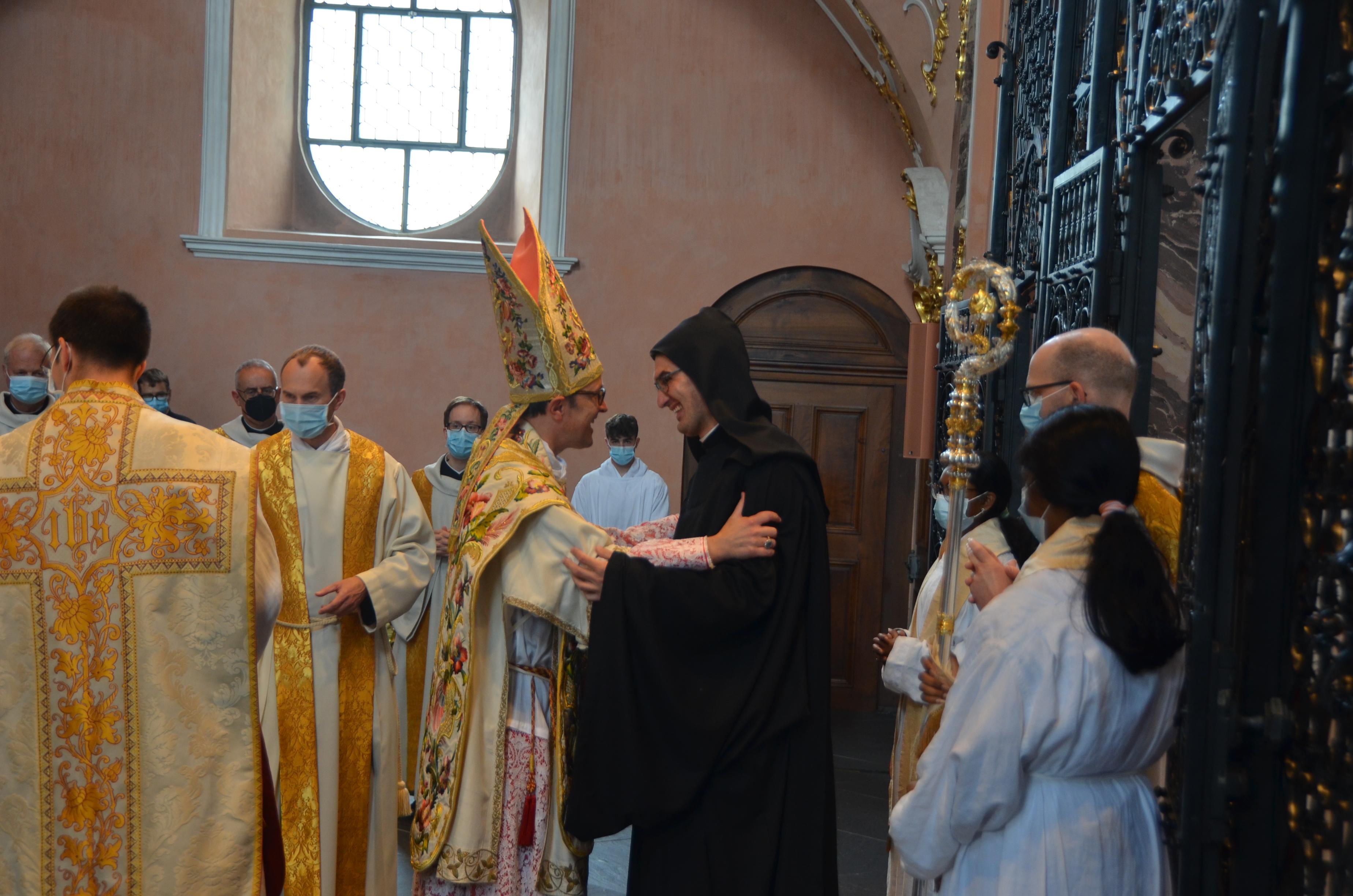 Frater Meinrad empfängt von Abt Urban den Friedensgruss.