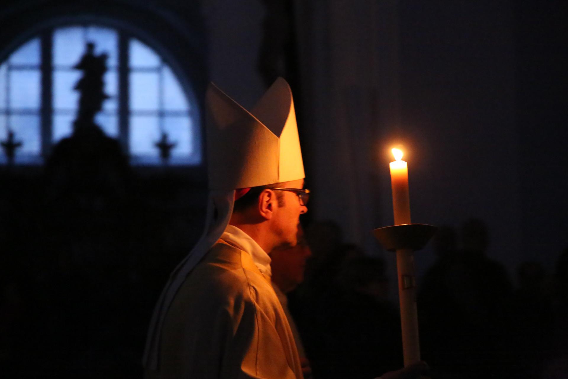 """Abt Urban wird den Gottesdiensten des """"Triduum Paschale"""" vorstehen - hier eine Impression aus der Osternacht."""