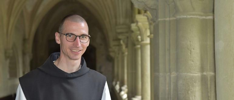 P. Emmanuel Emmenegger OCist im wunderschönen Kreuzgang der Zisterzienserabtei Hauterive.