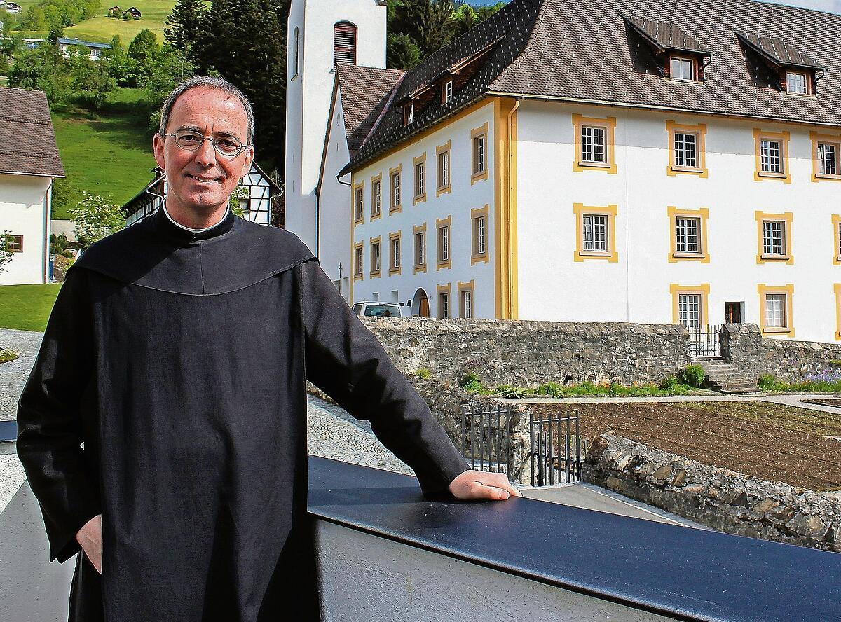 Pater Kolumban vor seiner langjährigen Wirkungsstätte, der Propstei St. Gerold im Grossen Walsertal. Foto: Joachim Schwald.