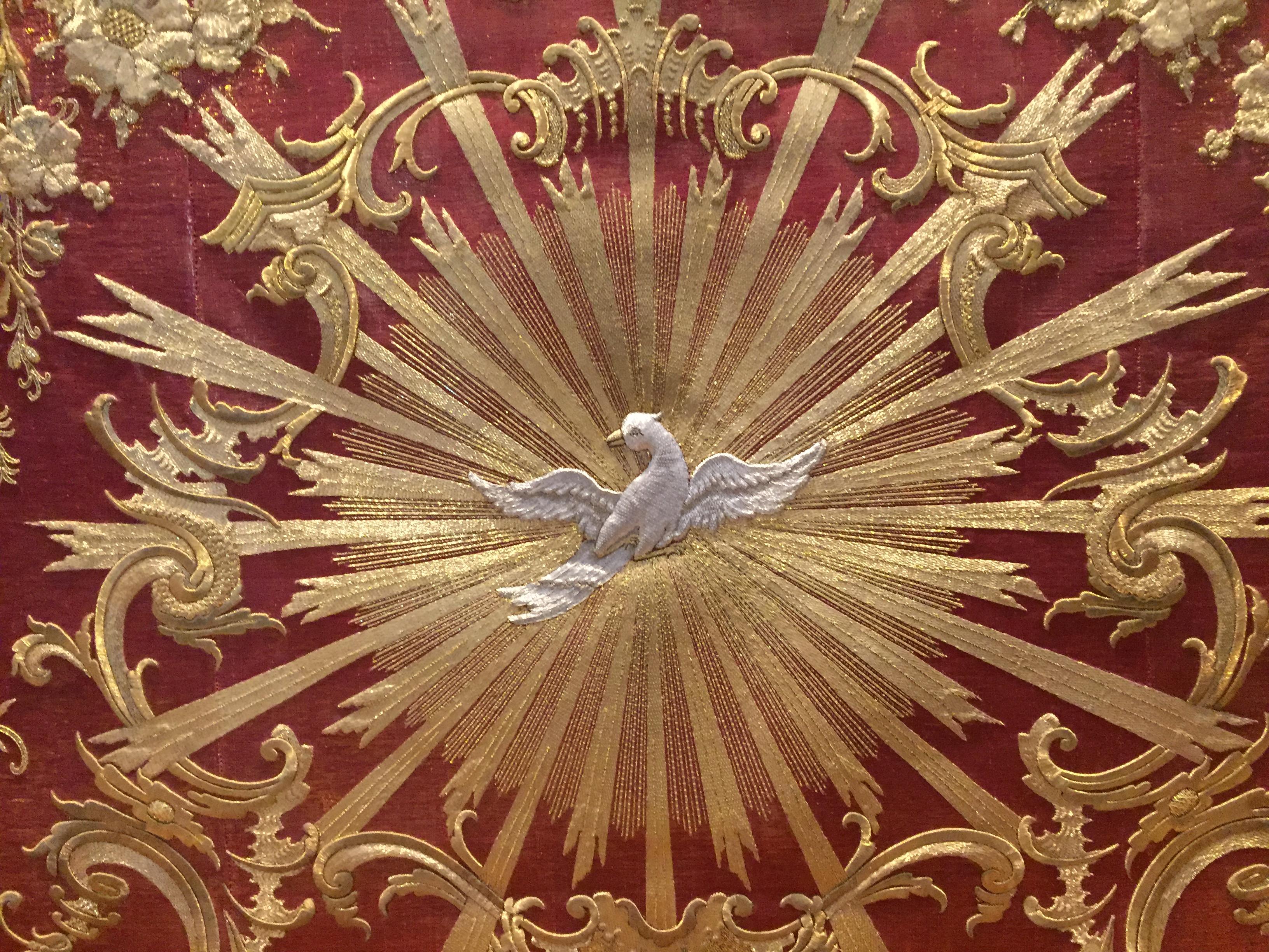 Das Antependium aus der Mitte des 18. Jahrhundert zeigt den Heiligen Geist in Form einer Taube.