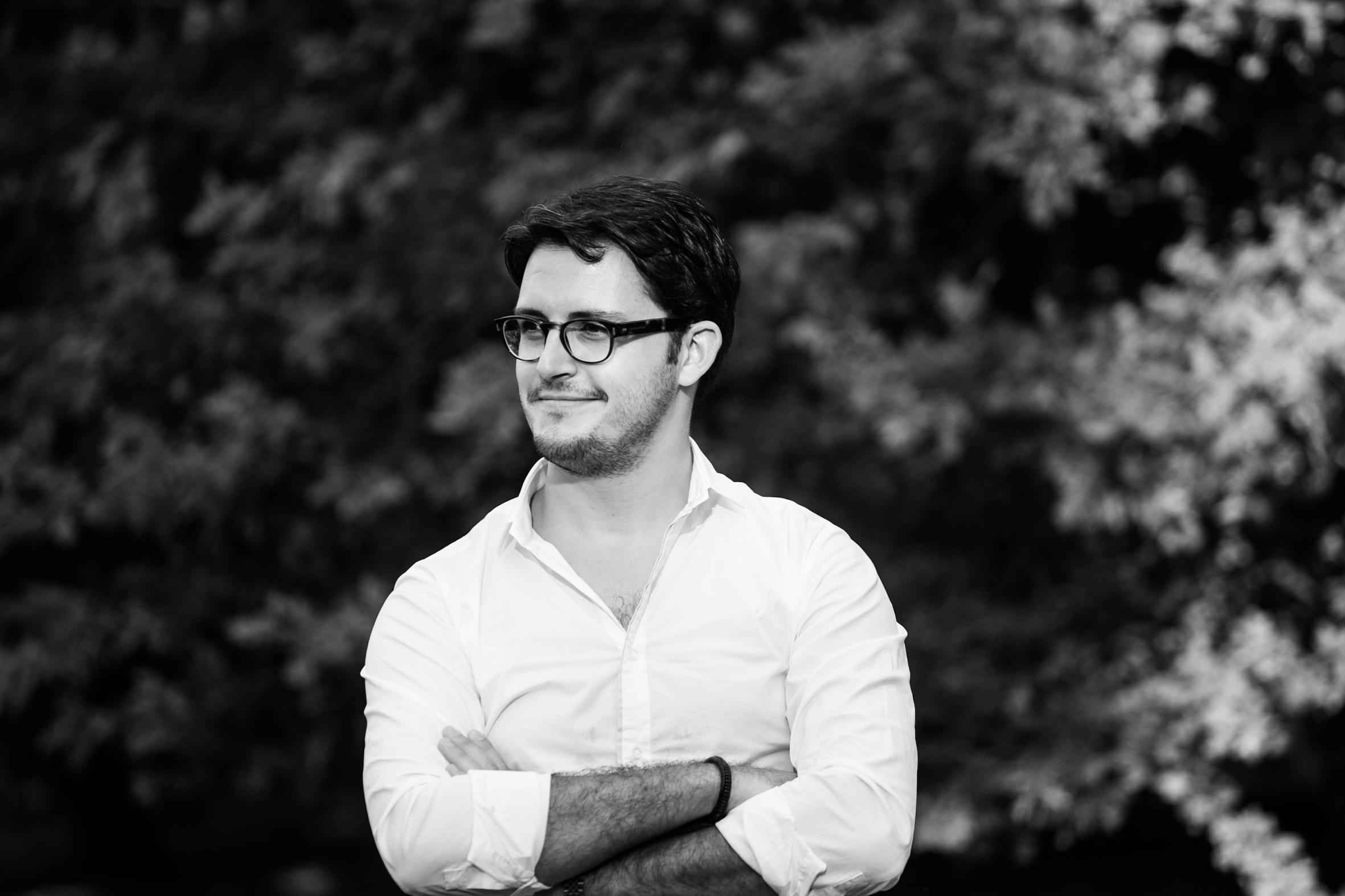 """Stefano Bertoni ist in Legnago (I) geboren. Er studierte Orgel, Klavier und Cembalo in Rovigo. Als Stipendiat setzte er seine Studien an der Musikhochschule Trossingen (D) fort, wo er einen Master im Hauptfach Orgel (2012) und ein Diplom als Kirchenmusiker (2017) erwarb. Zur Zeit absolviert er einen Studiengang mit Hauptfach Improvisation bei P. Theo Flury am """"Pontificio Istituto di Musica Sacra"""" in Rom und ein Masterstudium im Fach Orchesterleitung an der Musikhochschule Lugano. Ausserdem besucht er regelmässig Dirigierkurse in Deutschland, Italien und Tschechien. Stefano Bertoni wohnt in Einsiedeln und unterrichtet Klavier und Orgel an der Musikschule Einsiedeln und gehört seit 2019 zum Team der Einsiedler Klosterorganisten. Er ist als Kirchenmusiker für die Pfarrei Unteriberg - Studen tätig und leitet den Konzertchor «Kantorei Toggenburg» in Wattwil (SG). Ferner arbeitet er als stellvertretender Orchesterdirigent. Er tritt als Solist und im Duo mit seiner Frau in der Schweiz und im Ausland auf (unter anderem in Italien, Deutschland, Österreich und Japan)."""