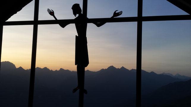 Das von Pater Pascal erwähnte Fenster der Wallfahrtskirche Ziteil (GR). Quelle: Webseite www.franciscan.ch
